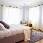 Draperiile fac foarte mult intr-o camera, de la a crea mediul ideal pentru dormit, pana la a aduce dramatism, umbre pentru o atmosfera unica.