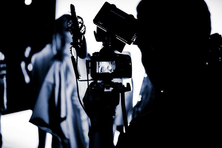 Televiziunea inseamna imagine - in primul rand, iar infatisarea persoanei care apare in lumina reflectoarelor, te face sa iti formezi o parere despre acea persoana, inainte ca aceasta sa rosteasca vreun cuvant ...