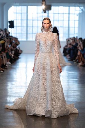 Daca mergi pe un stil traditional sau boho, aceasta este una din cele mai potrivite tendinte rochii de mireasa 2020.