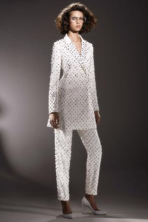 Blazerele - in functie si de croiala aferenta - au calitatea de a da putere femeii care le poarta, formand astfel, una dintre cele mai puternice tendinte rochii de mireasa 2020.