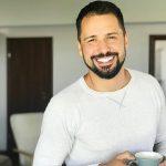 Alexandru Constantin este unul dintre cei mai apreciati prezentatori TV din Romania.