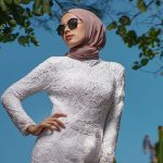 Intinde un capat al hijab-ului pe cap, cu capatul scurt care sa decoreze.