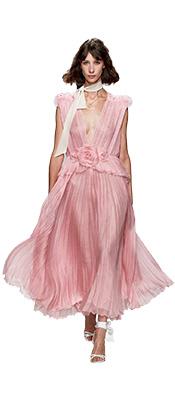 Rochiile curgatoare sunt perfecte pentru vara si se potrivesc de minune cu siluetele anilor '70, creand una din cele mai feminine tendinte moda 2020.