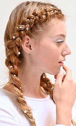 Una din tendintele hairstyle 2020 romantice si boeme sunt impletiturile rustice.