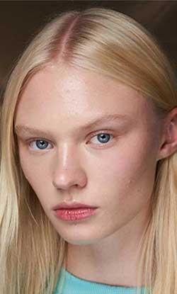Una din cele mai boeme tendinte hairstyle 2020 o reprezinta parul avand carare pe mijloc.