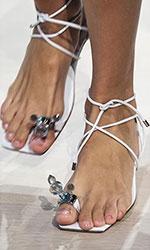 Una din cele mai feminine tendinte incaltaminte 2020 care ne ofera un aspect boho-chic, sunt alcatuite din sandale avand sireturi si noduri.