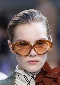 """Pe principiul """"mai mare, mai bine"""", principalele tendinte ochelari de soare 2020 ne ofera si creatii care nu trebuie sa ocupe spatiu pentru acelasi efect."""