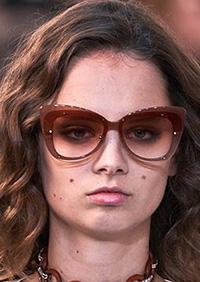 Acest tipar de ochelari inceput din sezonul premergator, a castigat teren important acum si se afla pe podiumul principalelor tendinte ochelari de soare 2020.