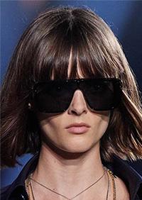 """Pentru un LOOK uni al ochelarilor, negrul este perfect pentru lentile si rame si reprezinta una din cele mai """"discrete"""" tendinte ochelari de soare 2020."""