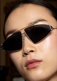 Una din cele mai interesante tendinte ochelari de soare 2020 sunt ochelarii de soare in unghi.