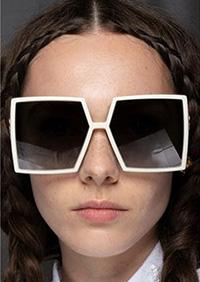 Daca esti o persoana care se plictiseste repede, te poti inspira din formele originale regasite pe podiumul tendintelor ochelari de soare 2020.