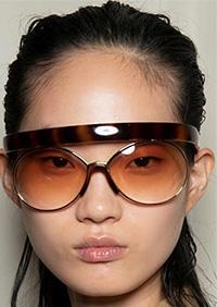 Daca esti o iubitoare a acestor accesorii mai urban sau streetstyle, ochelarii de soare 2020 avand influente legate de sport.