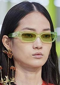 Aceasta este una din cele mai intalnite forme de ochelari de soare 2020 in prezentarile caselor de moda.