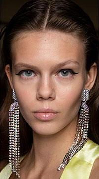 Cerceii din lant ofera un aspect periculos, dar si delicat in acelasi timp, o tendinta bijuterii 2020 care merita luata in calcul de iubitoarele modei.