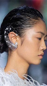Sezonul bijuterii 2020 ne aduce variante avangardiste de a purta perlele.
