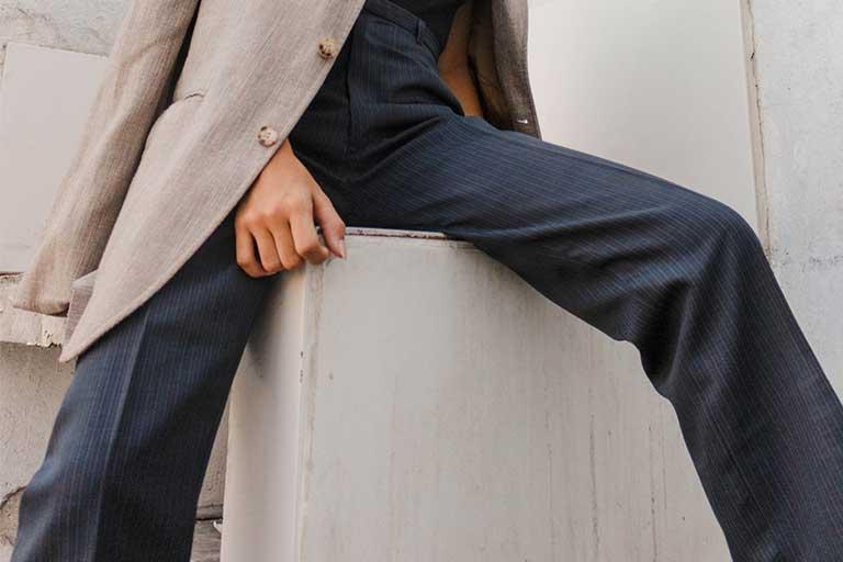 Cand alegem pantalonii in functie de silueta, trebuie sa ne cunoastem forma corpului, sa ne placa materialul si ce este mai important - sa ne stea bine.