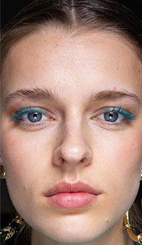 Una dintre cele mai importante tendinte makeup 2020 2021 jucause si pline de viata, au in centrul atentiei mascara colorata,