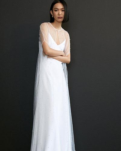 Una dintre cele mai importante si practice tendinte rochii de mireasa 2021 sunt reprezentate de cape si acoperitoare.