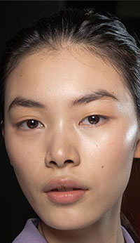 Una din principalele tendinte makeup 2020-2021 care au au ramas neclintite este aceea in care tenul este curat, dar straluceste, dand acel aspect de foarte proaspat.