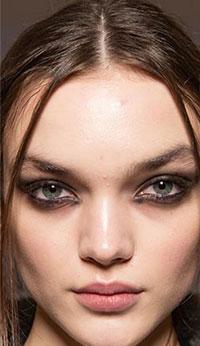 Tendintele grunge de makeup 2020-2021 sunt intunecate si ne duc cu gandul la gotic sau punk, dar nu atat de puternice ca in anii `90.
