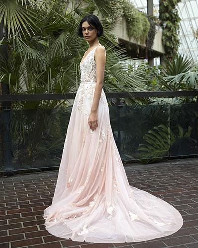 Una dintre cele mai deosebite tendinte rochii mireasa 2021 sunt pastelurile si se considera ca nuante ca roz, albastru, blush, vor castiga mult teren.