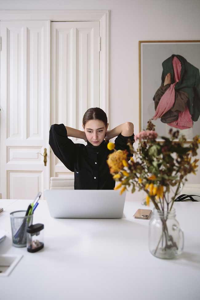 Munca si odihna trebuiesc sa fie separate in casa; este mult mai sanatos mental sa separi spatiile in mod distinct, iar spatiul fizic trebuie sa reflecte acest lucru, ceea ce face ca in anumite situatii, noul birou de acasa sa dea ceva batai de cap.