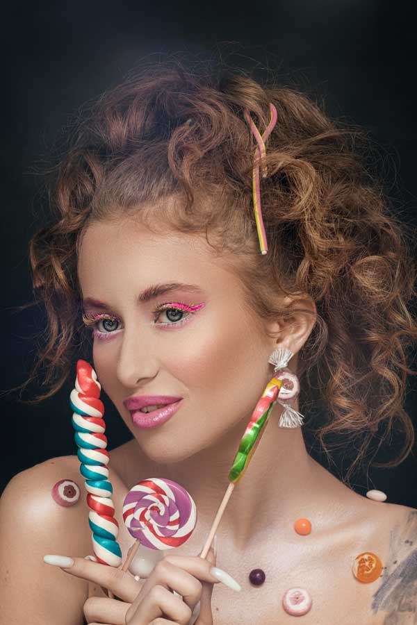In cazul de fata, obtinem rezultatele din aceste fotografii, machiajul Sweet candy, un machiaj in nuante vibrante, adaugand bonboane si acadele colorate.