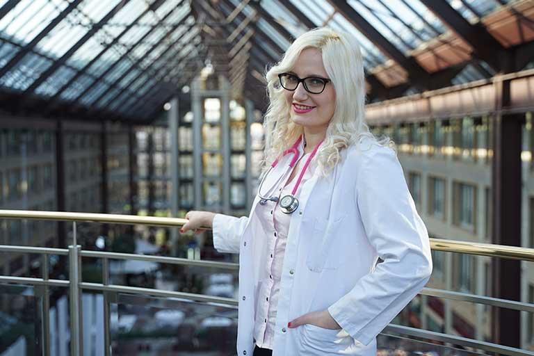 Dr. Laura Götz a simtit de mica faptul ca se va muta din Romania, iar modul in care a continuat si evoluat societatea noastra, nu a facut altceva decat sa ii intareasca ideea ca acest lucru este cel mai bun pentru ea, pentru cariera si viata ei.