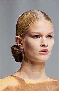 Cocurile si impletiturile intra intre cele mai importante tendinte hairstyle 2021 sub forma romantica, moale, curata.