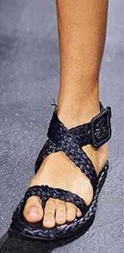 Una dintre cele mai comode tendinte incaltaminte 2021 sunt sandalele cu talpa plata