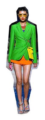 Din punct de vedere al hainelor si a modei, anii '80 au fost caracterizati de o imbinare a multor stiluri si cu toate acestea, au ramas usor de recunoscut dupa multi ani si ii vedem prezenti pe scena celor mai importante tendinte moda primavara vara 2021.