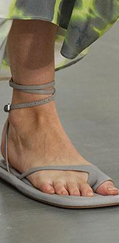 Papucii sunt esentiali intre cele mai importante tendinte incaltaminte 2021, fiind vazuti in multe prezentari, consecinta a caracterului casual al prezentarilor.