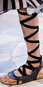 Una dintre cele mai importante tendinte incaltaminte 2021 (considerata surprinzatoare de anumiti specialisti) o reprezinta sandalele gladiator,