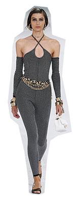Un alt aspect sexi care intra in cele mai importante tendinte moda primavara vara 2021, pe langa decupaje si transparenta, sunt hainele stranse pe piele, lasand formele sa iasa in evidenta si sa fie frumos conturate.