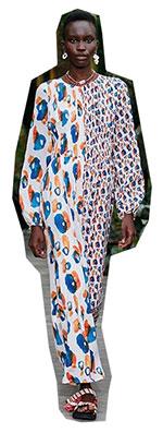 Au fost vazute printre tendintele de moda primavara vara 2021 rochii din alte piese vestimentare jumatate-jumatate din tesaturi si modele diferite.