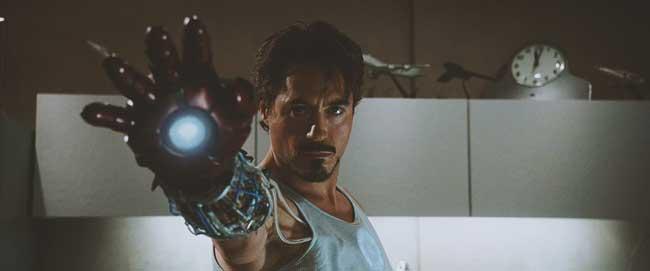 Asa face si Iron Man, numai ca intr-un mod mai tehnic, avand tehnologia Stark la dispozitie.