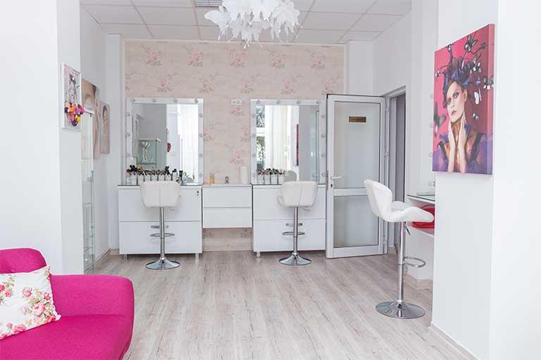 Diva Academy-art&beauty este deschisa in 2015 si reprezinta una din cele mai cunoscute scoli de make-up din orasul Galati; are ca figura centrala, make-up artist, brow master si trainer (formator autorizat) pe Mihaela Alexandru.