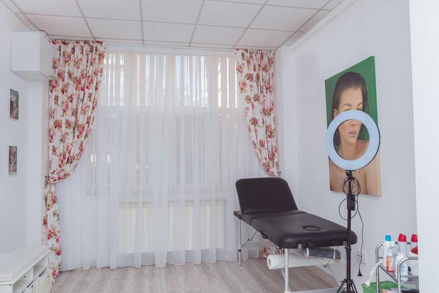O noutate in domeniul serviciilor prestate este cosmetica, de care se ocupa Liliana Rolea, colega si buna prietena a Mihaelei.