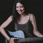 Raluca Muntean, in varsta de 21 de ani, este studenta anul 3 la Medicina Dentara si pe langa facultate, Raluca are o pasiune: scrie muzica si versuri