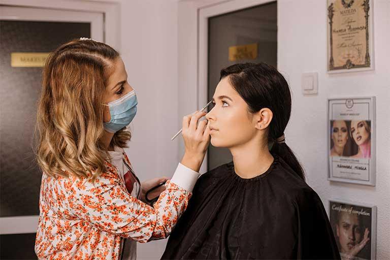 Trainer in beauty este o intrebare primita in mod frecvent - ce inseamna sau cum ajungi trainer. Evident, nu oricine poate fi trainer; trebuie indeplinite cateva criterii.