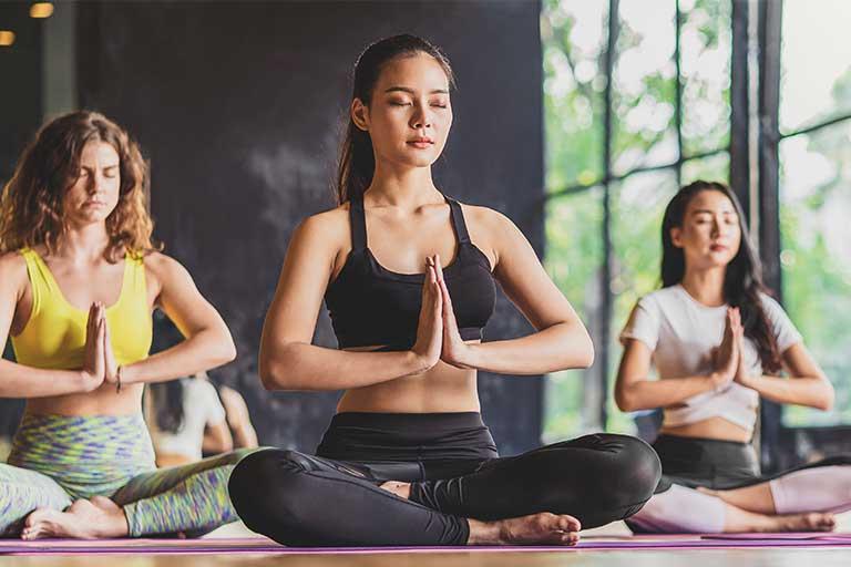 Cand vorbim de principii yoga, ne gandim ca fiecare dintre noi ne dorim mai putin stres si se pare ca acestea ajuta foarte mult,