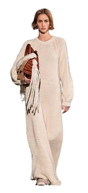 Prezenta tricotajelor printre cele mai importante tendinte moda 2021 2022 este una obligatorie si necesara, date fiind caldura si comoditatea oferite.