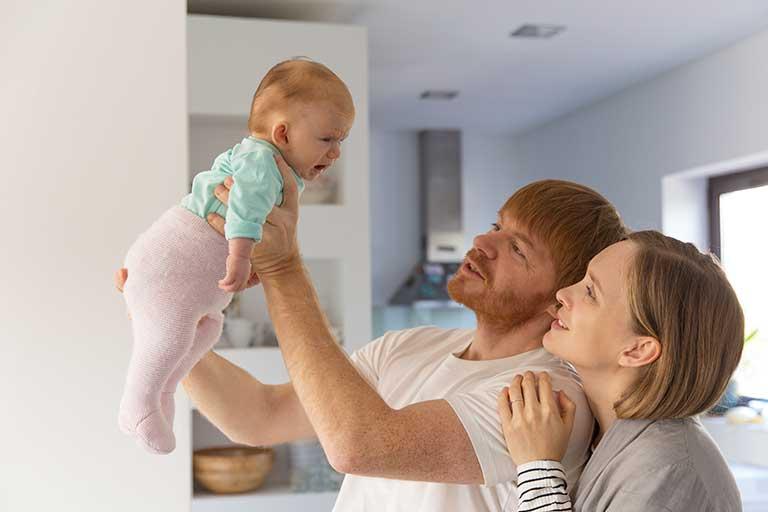 De ce plange copilul daca l-ai hranit si l-ai schimbat? Inca este nemultumit? 😊 Incearca urmatoarele strategii creative pentru a-l calma si a sta si tu linistita!