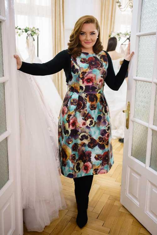Designerul Ana Maria Lungu creeaza fiecare rochie avand convingerea ca fiecare femeie merita sa fie printesa in ziua nuntii ei.Pana in prezent, brandul Aryanna Karen a imbracat mii de mirese din tara si de peste hotare, contribuind la realizarea celui mai frumos vis!