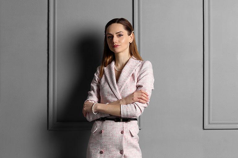 Oana Enescu iubeste moda, pe care o considera parte din ea si din stilul ei de viata. Si-a inceput cariera in domeniul arhitecturii, dar cea mai mare dragoste a iesit la suprafata,