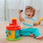 A ajuta copilul cand acesta este implicat si concentrat total intr-o activitate si nu aude cand il strigi sau nu este distras de alte activitati extra.