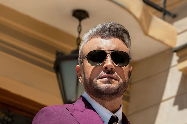 Editia revistei Famost octombrie 2021 ni-l aduce pe coperta pe Catalin Botezatu, una din cele mai proeminente personalitati din Romania.