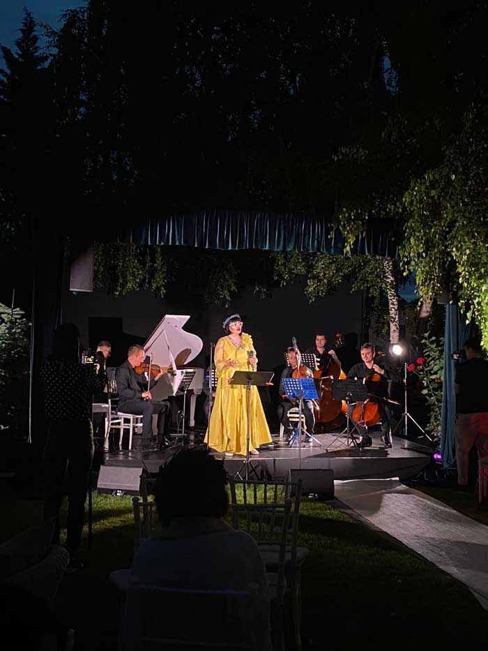 Desi initial a fost cantareata de opera, Ozana Barabancea este cunoscuta si pentru show-urile de jazz sustinute.