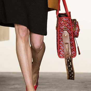 Cu gandul la turism dar si la practicul pe care ti-l ofera o geanta cu curea, designerii au reusit sa creeze pentru sezonul 2021 2022 modele de genti de mana robuste si elegante.