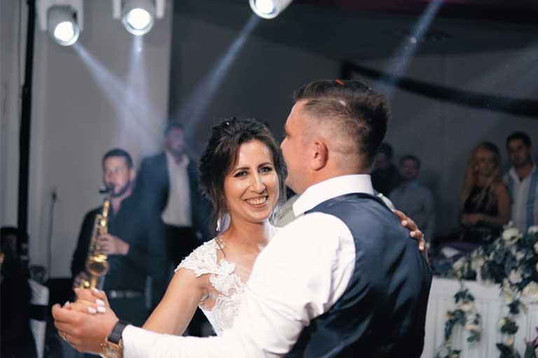 """Daniela Sala s-a casatorit ieri cu alesul inimii ei, Andrei Fofiu. Regizoarea de film a realizat un nou scurtmetraj intitulat """"O zi desprinsa din eternitate"""" in cadrul propriei sale nunti."""